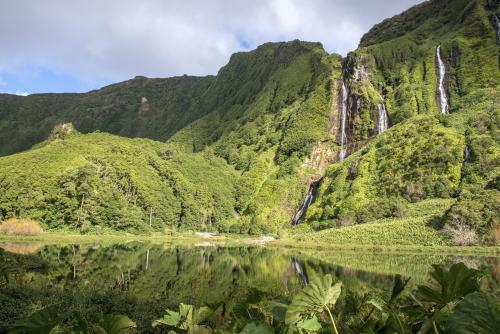 IStock_000032145396-XL-Flores-Island-waterfalls